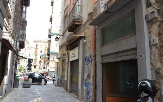 Locale fronte strada Napoli zona orefici 30 mq