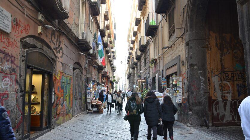 Vendesi Appartamento Napoli centro Antico da ristrutturare