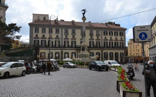 Vendesi locale Commerciale Napoli Piazza dei Martiri adiacenze